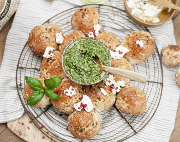 Couronne de pain Pure Sprouts au pesto maison et à la féta végétale aux amandes