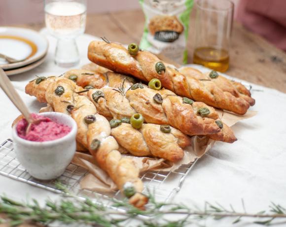 Sticks de focaccia aux olives et au dip de betterave maison