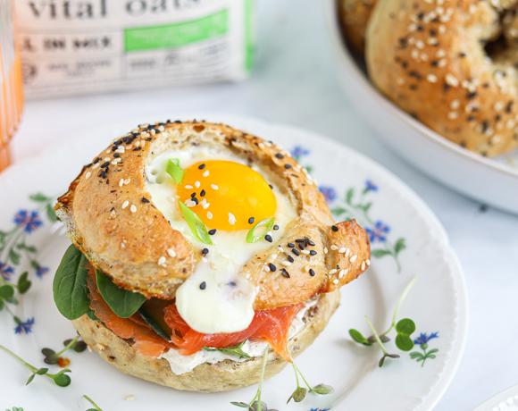Bagels egg-in-a-hole Vital Oats avec jeunes pousses d'épinard, saumon fumé, concombre et fromage frais